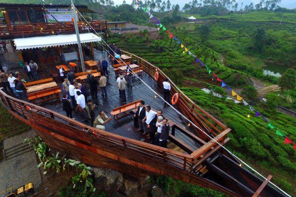 Bahtera Resto, restoran unik di Bandung